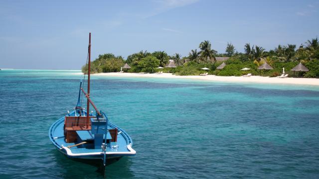 SMALL BOAT CLOSE TO THE MALDIVES COAST